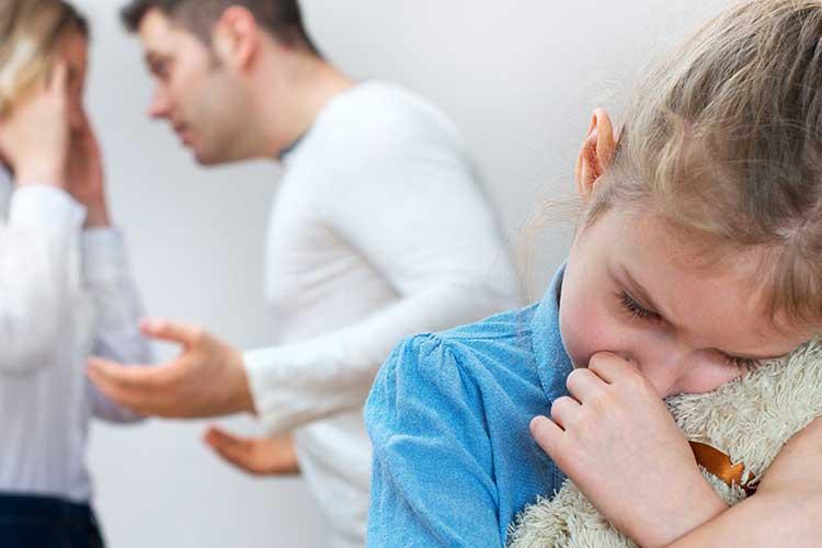 طلاق باعث ایجاد افسردگی در کودکان می شود.