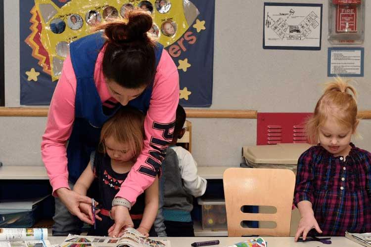 مشکل در برش زدن با قیچی از علائم اختلال یادگیری در کودکان در زمان مهد کودک است.