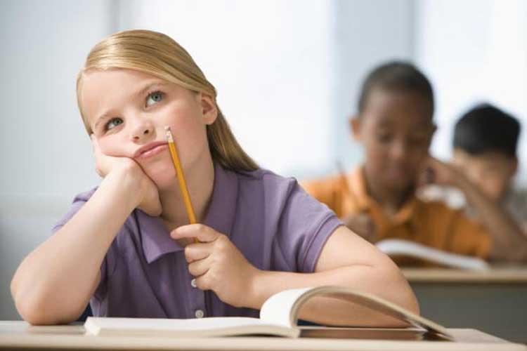 عدم تمرکز از جمله نشانه های اختلال بیش فعالی در دختران است.